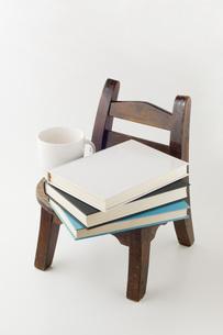 椅子に置かれた本とコップの写真素材 [FYI00381483]