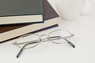本と眼鏡とコーヒーカップの写真素材 [FYI00381484]