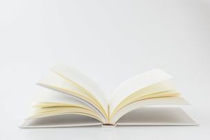 白背景に開いた本の写真素材 [FYI00381485]