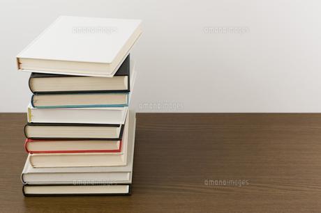 積み上げた本の写真素材 [FYI00381486]