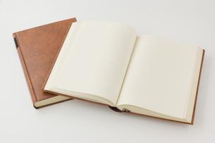 開いた本と閉じた本の写真素材 [FYI00381487]