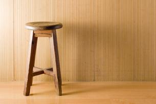 木製のスツールの写真素材 [FYI00381490]