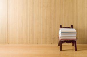 木の椅子と積まれた本の写真素材 [FYI00381492]