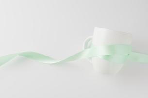 緑色のリボンを巻いたマグカップの写真素材 [FYI00381494]