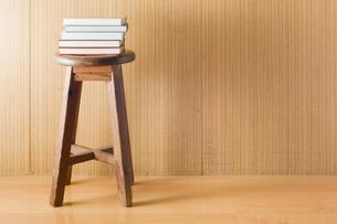 椅子の上に積まれた本の写真素材 [FYI00381495]