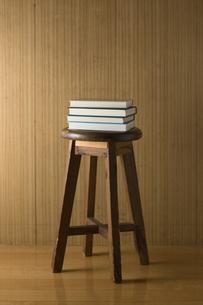 椅子の上に積まれた本の写真素材 [FYI00381496]