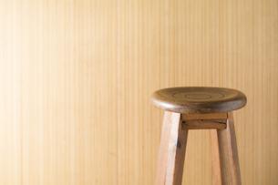 木製の椅子と壁の写真素材 [FYI00381497]
