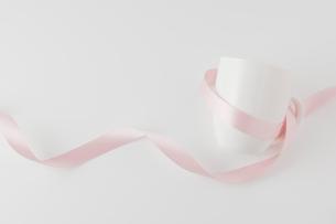 ピンクのリボンを巻いたマグカップの写真素材 [FYI00381499]