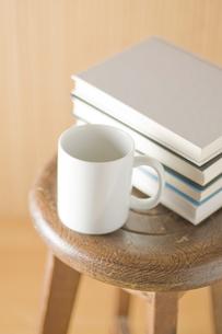 椅子の上に置かれたコップと本の写真素材 [FYI00381500]