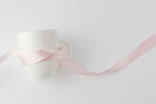 ピンクのリボンを巻いたマグカップの写真素材 [FYI00381501]