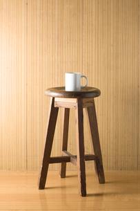 椅子の上に置かれたコップの写真素材 [FYI00381507]