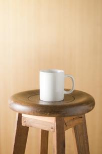 椅子の上に置かれたコップの写真素材 [FYI00381511]
