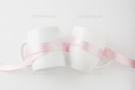 リボンを巻いたペアのマグカップの写真素材 [FYI00381513]
