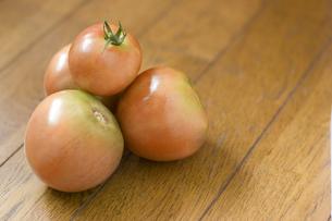 床の上に置かれたトマトの写真素材 [FYI00381524]