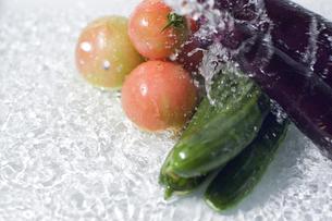複数の野菜と水しぶきの写真素材 [FYI00381549]