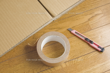 段ボールとテープとカッターの写真素材 [FYI00381553]