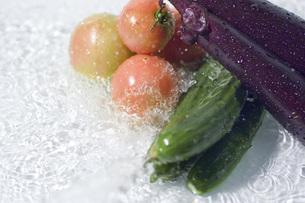 複数の野菜と水しぶきの写真素材 [FYI00381554]