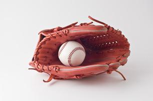 野球のグローブとボールの写真素材 [FYI00381572]