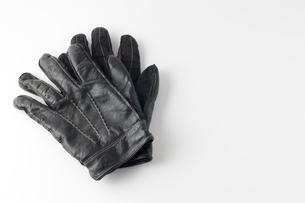 重ねて置かれた黒い手袋の写真素材 [FYI00381575]
