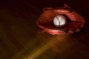 野球のボールとグローブの写真素材 [FYI00381582]