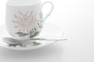 花柄のコーヒーカップの写真素材 [FYI00381613]