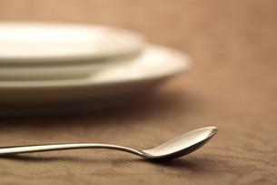 スプーンとお皿 の写真素材 [FYI00381645]
