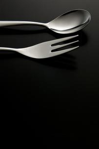スプーンとフォーク の写真素材 [FYI00381656]