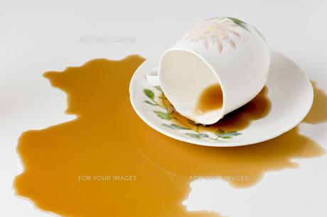 溢れたコーヒー の写真素材 [FYI00381673]