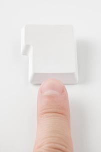 ボタンを押す指 の写真素材 [FYI00381674]