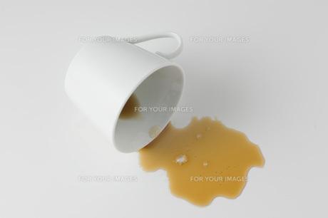 溢れたコーヒーの写真素材 [FYI00381676]