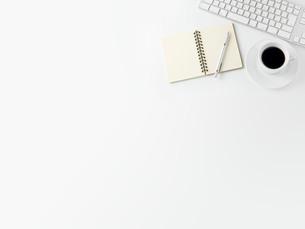 コーヒーとメモ帳とキーボードの写真素材 [FYI00381680]