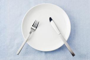 フォークとナイフとお皿 の写真素材 [FYI00381682]