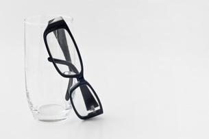 黒ブチ眼鏡の写真素材 [FYI00381702]