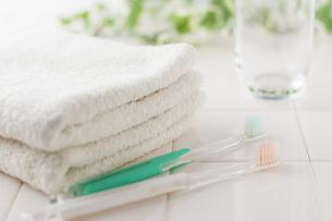 タオルと歯ブラシとコップの写真素材 [FYI00381717]