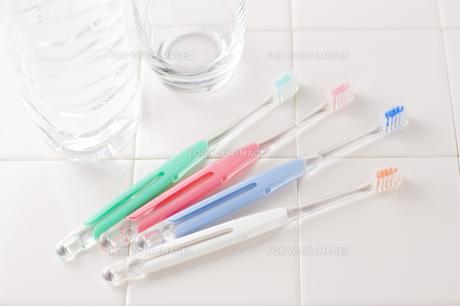 歯ブラシと水とコップの写真素材 [FYI00381722]