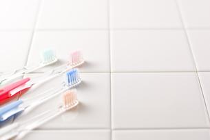 タイルの上に置かれた歯ブラシ の写真素材 [FYI00381724]