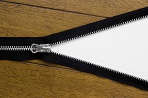 フローリングの床にファスナーの写真素材 [FYI00381738]