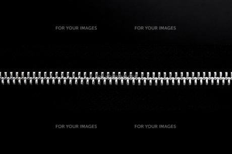 黒背景にファスナーの写真素材 [FYI00381753]
