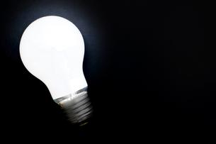 黒背景に白熱電球の写真素材 [FYI00381760]