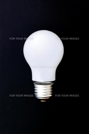 黒背景に白熱電球の素材 [FYI00381761]