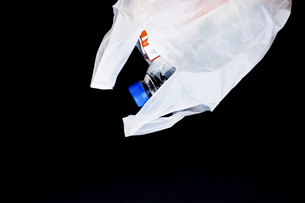荷物を入れたレジ袋の写真素材 [FYI00381782]