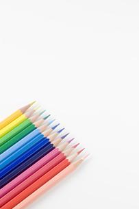 並べて置かれた色鉛筆の写真素材 [FYI00381783]