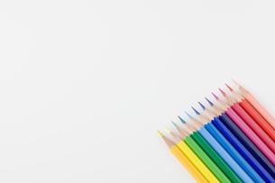 並べて置かれた色鉛筆の写真素材 [FYI00381784]