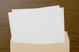 茶色の封筒と白紙 の素材 [FYI00381785]