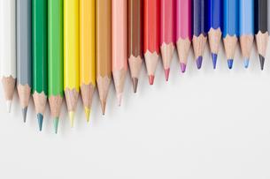 曲線に並べられた色鉛筆 の写真素材 [FYI00381786]