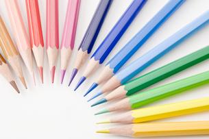 円形に並べた色鉛筆の写真素材 [FYI00381787]
