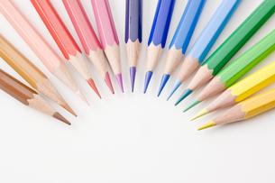 円形に並べた色鉛筆の写真素材 [FYI00381793]