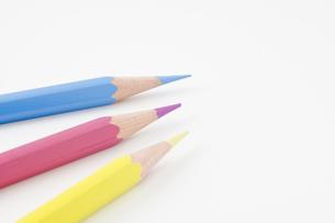 3本の色鉛筆の写真素材 [FYI00381804]