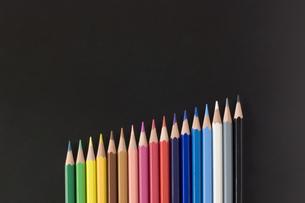 斜めに並べた色鉛筆の写真素材 [FYI00381811]