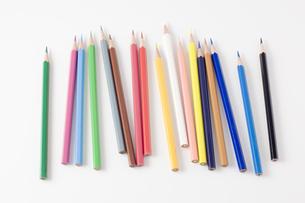 バラバラに置かれた色鉛筆の写真素材 [FYI00381819]